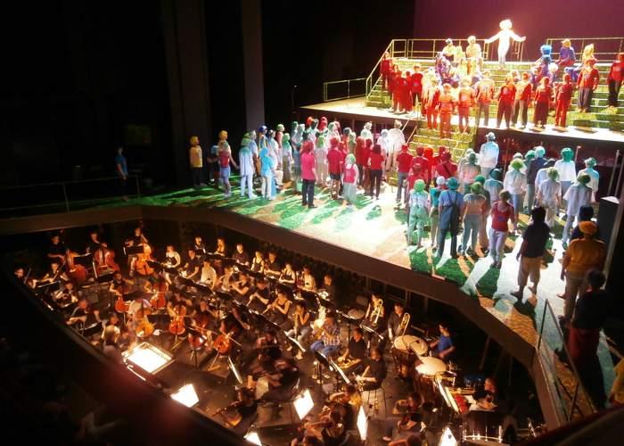 Blick auf die Bühne und in den Orchestergraben