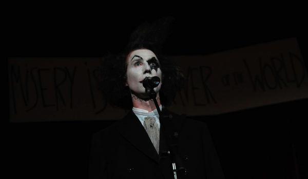 Nikolaus Reinke in starker Maske am Mikrofon
